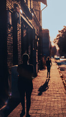 Fototapeta Spacer ku zachodzącemu słońcu ulicami śląska obraz
