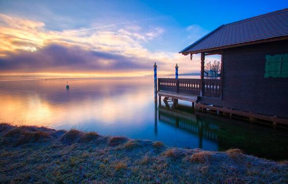 Bootshaus im Sonnenaufgang