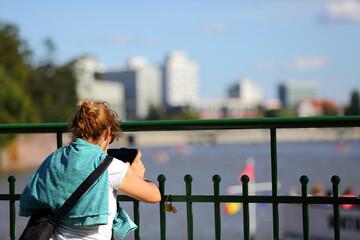 Fototapeta Młoda kobieta, dziewczyna robi zdjęcia telefonem komurkowym, smartfonem, ręka, Wrocław. obraz