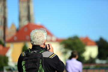 Fototapeta Fotograf robi zdjęcia architektury i kraiobrazu we Wrocławiu. obraz