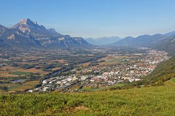 Obraz Gresivaudan valley lies between Chartreuse and Belledonne mountain ranges - fototapety do salonu