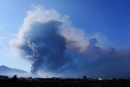 The Cumbre Vieja volcano continues to erupt on the Canary Island of La Palma, as seen from El Paso