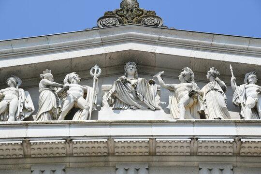 Die Gedenkstätte Walhalla in Donaustauf bei Regensburg wurde im Jahre 1842 eingeweiht. Das vollplastische Giebelfeld zeigt Szenen aus der Schlacht im Teutoburger Wald mit Germanen und Römern.