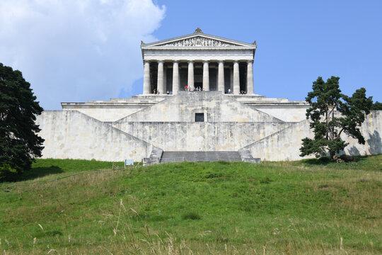Die Gedenkstätte Walhalla in Donaustauf bei Regensburg wurde im Jahre 1842 eingeweiht. Im Inneren der Ruhmeshalle sind Büsten aus Marmor bedeutender Persönlichkeiten aus dem Germanischen.