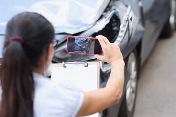 Fototapeta Insurance agent is filming damage to car closeup obraz