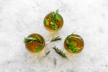 Obraz Fefreshing drink of cold tea and rosemary herbs in glasses - fototapety do salonu