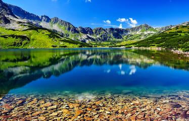 Krajobraz górski, jeziora w otoczeniu gór skalistych.
