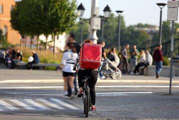 Obraz Kurier na rowerze, dostawa, smaczne jedzenie na ulicach miasta.  - fototapety do salonu