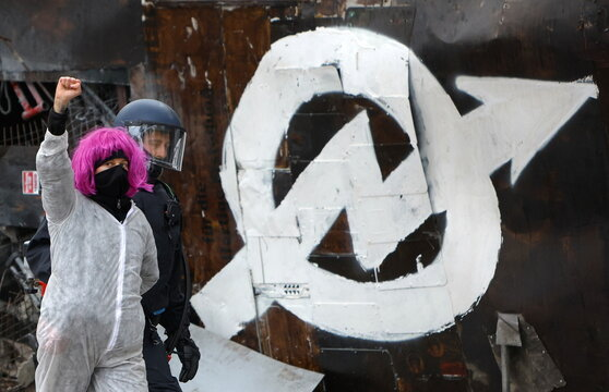Berlin police expected to clear an occupied house in Berlin's Mitte district