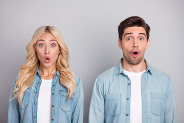 Fototapeta Photo of young couple amazed shocked surprised fake novelty news information isolated over grey color background obraz