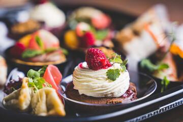 Obraz Jedzenie w restauracji - świętowanie.  - fototapety do salonu