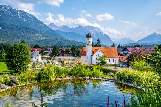 Ausblick über Wallgau und Sankt Jakob Kirche, Karwendelgebirge, Bayern, Deutschland