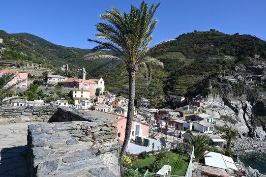 Il borgo di Vernazza visto dal castello Doria