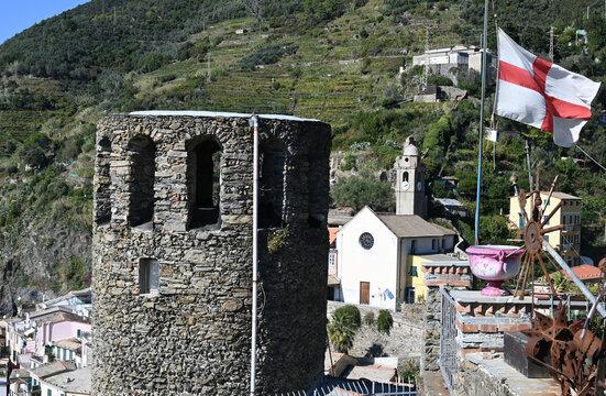 Paesaggio sulla torre medievale, il municipio e la Chiesa di S.Francesco a Vernazza,  visto dal sentiero per Corniglia
