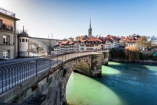 Stadt Bern und Aare im Winter, Untertorbrücke, Nydegg Kirche und Brücke, Altstadt, Schweiz, Europa