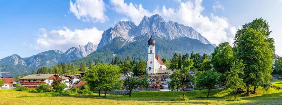 Sankt Johannes der Täufer Kirche mit Alpen im Hintergrund, Grainau, Deutschland