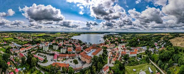 Fototapeta miasto Ryn nad jeziorem Ryńskim na Mazurach w Polsce, panorama z lotu ptaka obraz