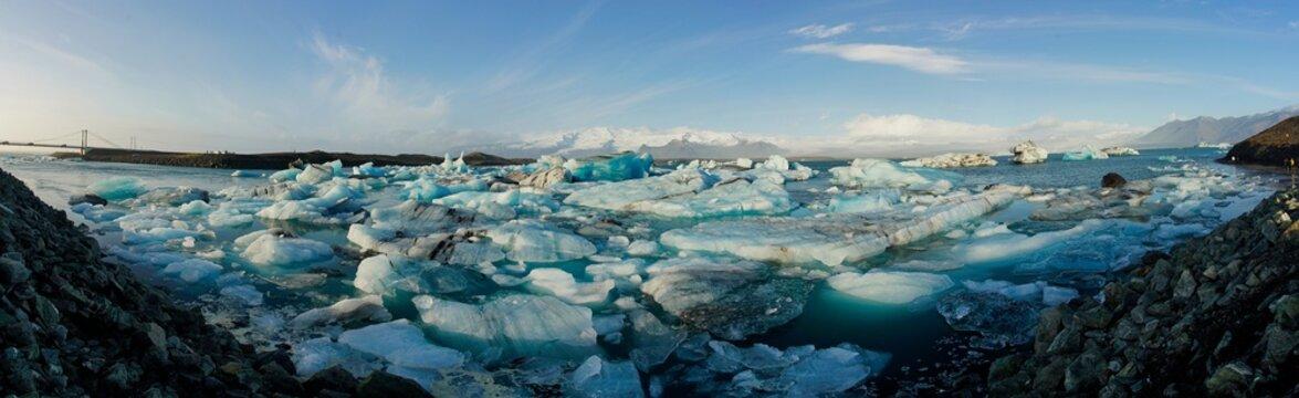 Island, schwimmender Eisstrom aus der Gletscherlagune Jökulsárlón in Richtung Meer