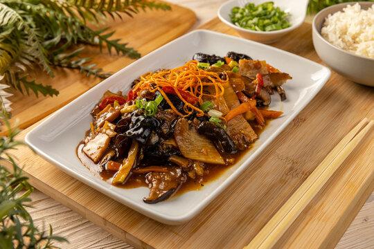 Noodles stir fry with ear wood mushrooms