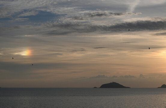 Nuvola arcobaleno sul Golfo dei Poeti., evento raro di nuvola irridescente vista dal borgo di Tellaro, nello sfondo l'isola del Tino
