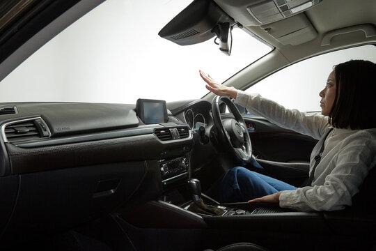 自動運転車を操作する女性